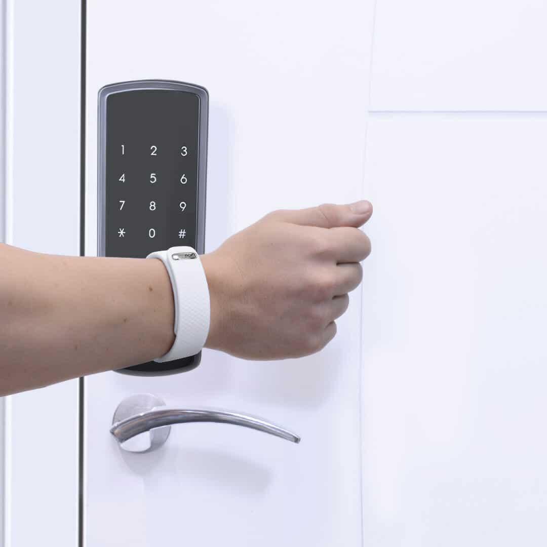 Pulseira Atar Pay abrindo porta